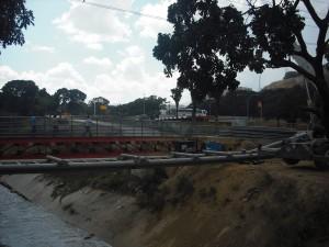 Otra vista de la futura Pasarela Permanente sobre el Río Guaire