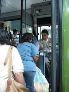 La figura del Operador de Transporte Superficial (OTS) de MetroBus no solo representa autoridad, también está para ayudarlo en todo momento, por lo que si necesita ubicarse, no tema preguntar